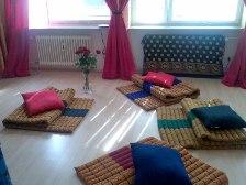 Gemütlicher Seminarraum mit hübschen Bodenmatten, Rosen und schönen Tüchern verziehrt.